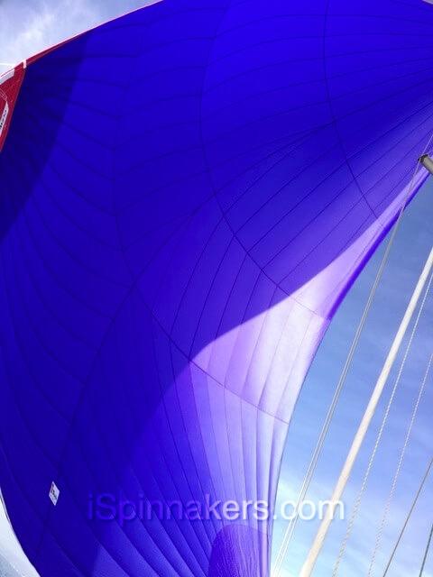 Hanse-315 con spinnaker simétrico azul