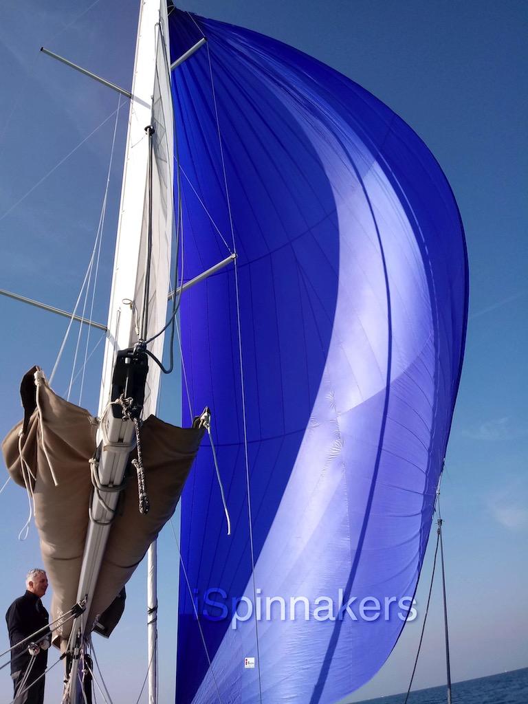 Beneteau First 310 con spinnaker asimetrico azul
