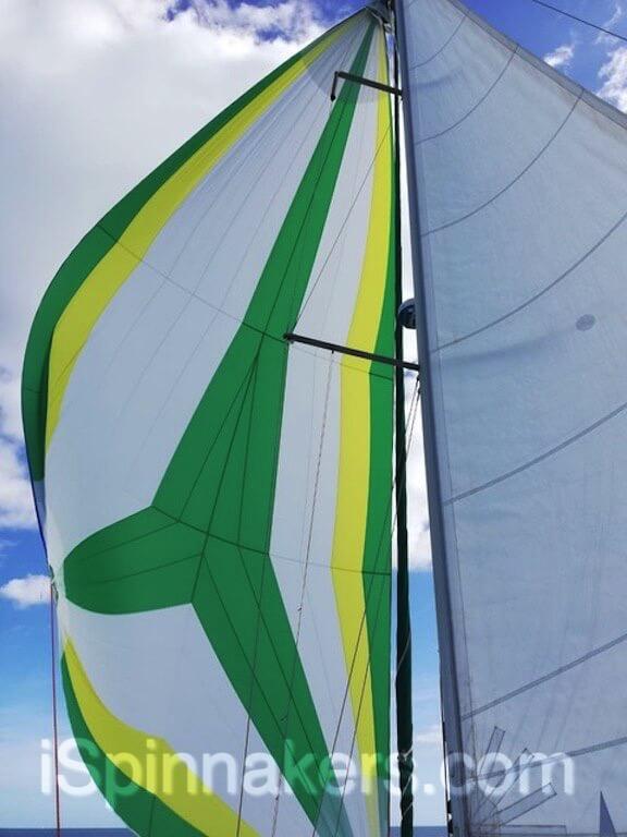 spinnaker asimetrico amarillo verde blanco en Beneteau Oceanis 44-2