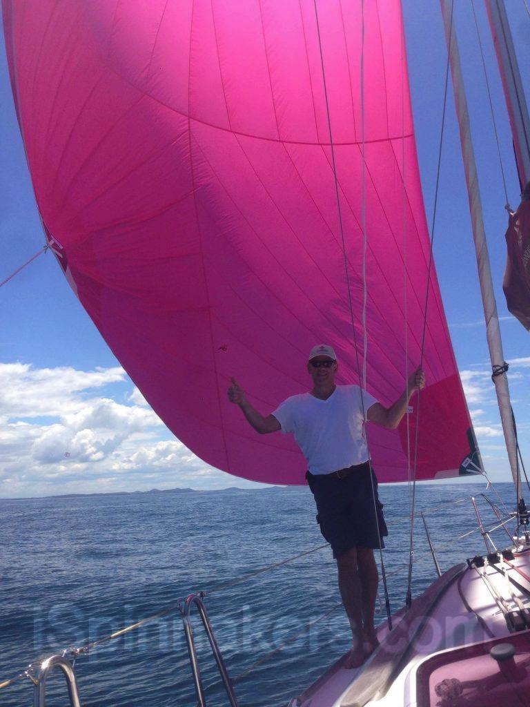 Jeanneau Sun Odyssey 36i con spinnaker asimétrico rosa