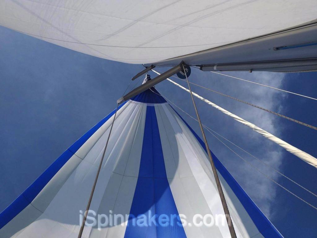 Beneteau oceanis 44 spinnaker asimetrico azul y blanco