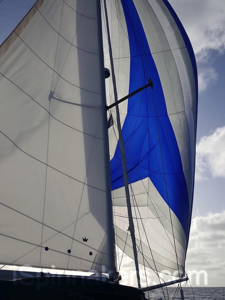 Beneteau oceanis-44 con spinnaker asimetrico azul y blanco